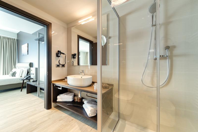 immagine bagno camera albergo